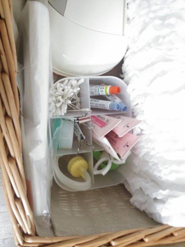 1歳の二女はまだオムツ使用中です。 カゴに入れて部屋の適当なところへ置いています。 カゴの中↓ おしり拭きや、使用済みオムツを入れるビニール袋。 普段のオムツ替えや入浴後など オムツをはかせるときに一緒にスキンケアもできるよう、 保湿剤や塗り薬。 爪切り...