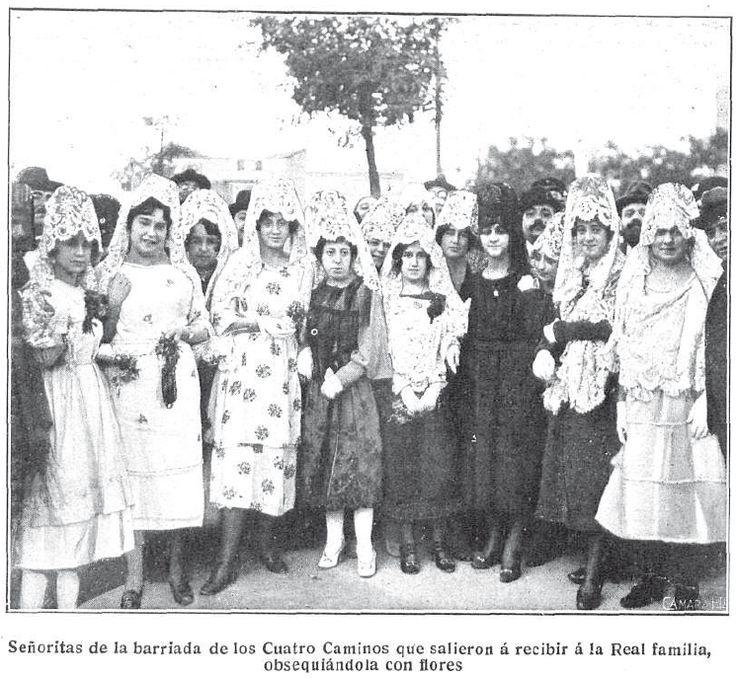 Señoritas de la barriada de Cuatro Caminos que salieron a recibir a la Familia Real, obsequiándola con flores