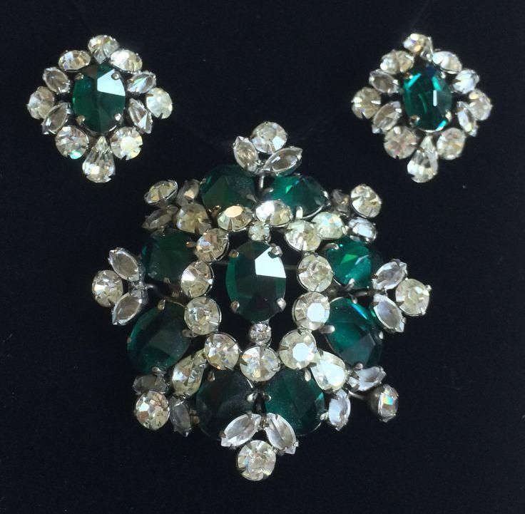 Eccezionale dell'annata Schreiner Nappi spilla & Orecchini Set-smeraldo verde/chiaro strass/argento tono ~ firmato di TyTimelessSparkles su Etsy https://www.etsy.com/it/listing/465176813/eccezionale-dellannata-schreiner-nappi