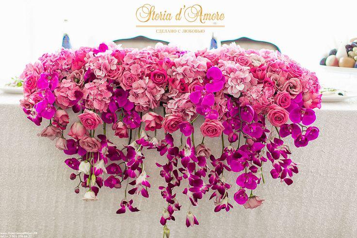 Для президиума использовалась скатерть с нежными белыми пайетками и яркими цветами - орхидеи, розы и гортензия.