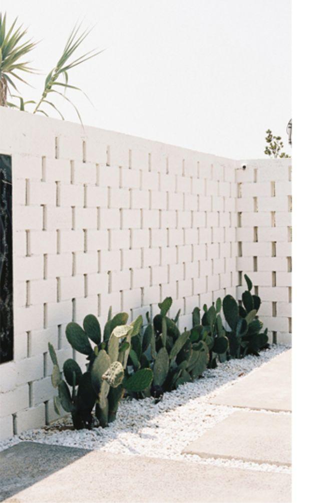 podés usar cactus y piedritas blancas en lugar de todo pasto :)