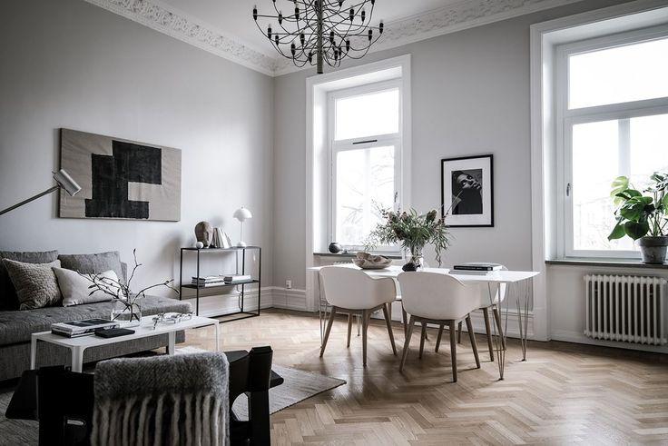 Stort vardagsrum med plats för både soffgrupp och matsalsbord. Aschebergsgatan 1 - Bjurfors