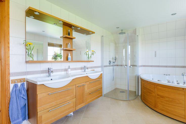 Kombinationen med kakel och ek ger en varm och ombonad känsla - precis som det skall vara i ett badrum!