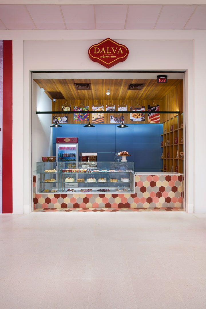 As peças hexagonais em tons pastel chamam a atenção para a vitrine com bolos e outras delícias. A iluminação pontual com embutidos e pendentes (ViaLight) ressalta ainda mais as cores e texturas dos produtos.