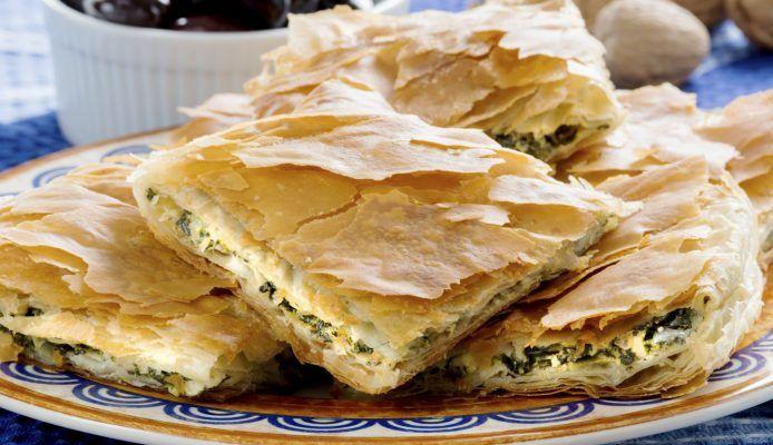 Een echte Griekse klassieker is spanakopita, een spinazietaart gemaakt van filodeeg. Krokant, fragiel, vol smaak én…