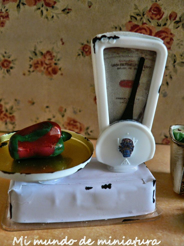 DIY miniature traditional style kitchen scale (antique) very clever recycling of small bits   Source: Mi mundo de miniatura