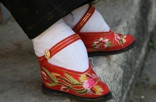 """И в Китае приличные женщины должны были иметь маленькую, как у ребенка, ножку, для чего чуть ли не с рождения носили деформирующие стопу """"туфельки""""."""