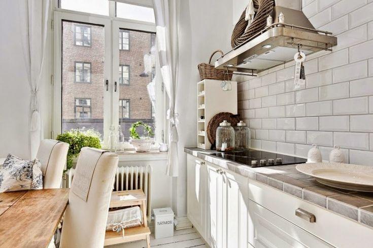 aranżacja białej kuchni,kuchnia w mieszance stylowej scandy i provence,skandynawsko-francuska aranzacja białej kuchni,mix stylowy w białej kuchni,biały stół skandynawski z drewnianym blatem,krzesła w bialych sukienkach,białe ubranka na krzes - Lovingit.pl