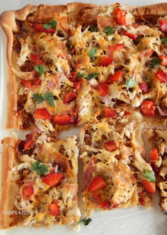 Πίτσα με κοτόπουλο, μπέικον και φράουλες http://www.pepiskitchen.blogspot.gr/2013/05/pizza-me-kotopoulo-bacon-kai-fraoules.html
