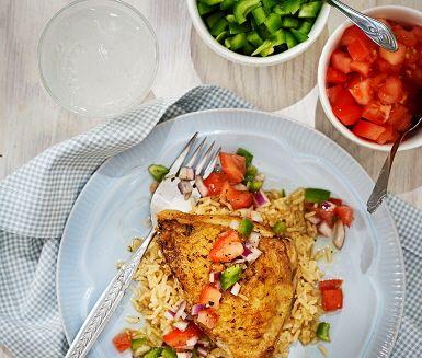 Ugnsstekt kyckling är både nyttigt och gott och i det här receptet serveras de med färgglada grönsakstärningar och limedressing. Dressingen gör du genom att blanda lök med olivolja, limeskal och limesaft. Ett syrligt tillbehör som smakar gott till ugnsstekt kyckling och tärnad tomat och paprika.