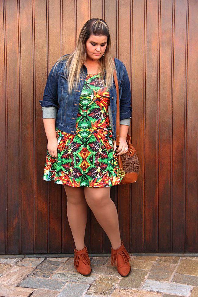 Look plus size: meia-calça, botinha, vestido estampado e jaqueta jeans para uma produção simples e estilosa!