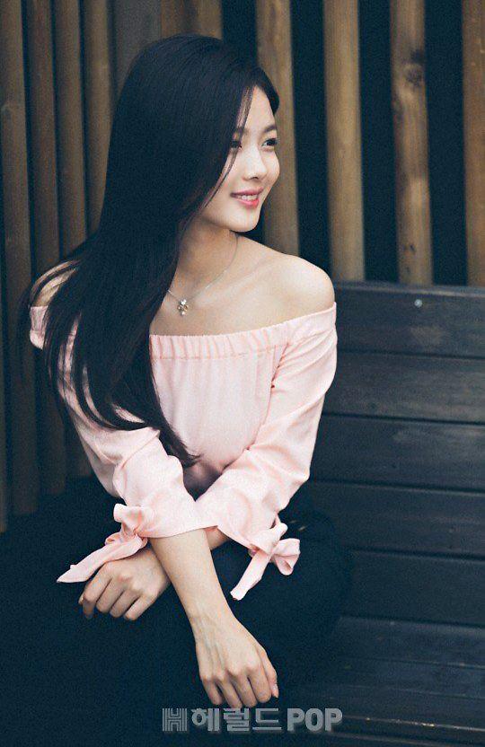 Mặc váy ngắn hớ hênh, Kim Yoo Jung được tiền bối hộ tống như công chúa. Tài Tử Á Châu - XãLuận.com Tin Nóng