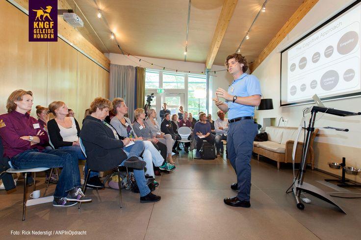 Hoogleraar en auteur Brian Hare zette ons vanmorgen aan het werk tijdens interactieve workshop. Hij spreekt 30 september op ons congres 'Honden in de Zorg'.