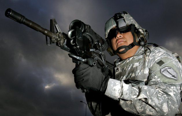 米陸軍が M4 カービン銃のアタッチメントとして使う電磁銃ユニットをテストしていることがわかりました。先端部にはふたつの電極を備え、発砲時の衝撃を電磁パルスに変換することで、対象の電子回路を破壊します。