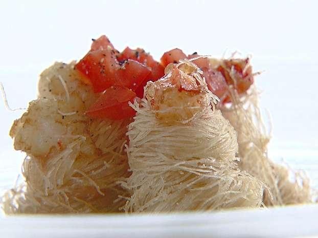 Gamberoni croccanti in pasta kataifi con salsa guacamole piccante