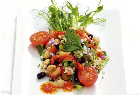Sallad är enkel och snabblagad mat där man kan utgå från vad man har hemma och berika med fröer och nötter. Det här är en sallad med bulgur, kikärter, tomat, cashewnötter och paprikadressing.