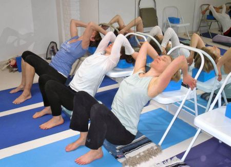 17 best images about iyengar yoga on pinterest massage for Chaise yoga iyengar