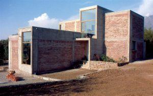 CASA ESCULTORA Año Proyecto: 1997 Año Construccion: 1997 Superficie: 120 m2 Localizacion: La Florida, Santiago. Chile. Fotografia: Alejandro Aravena