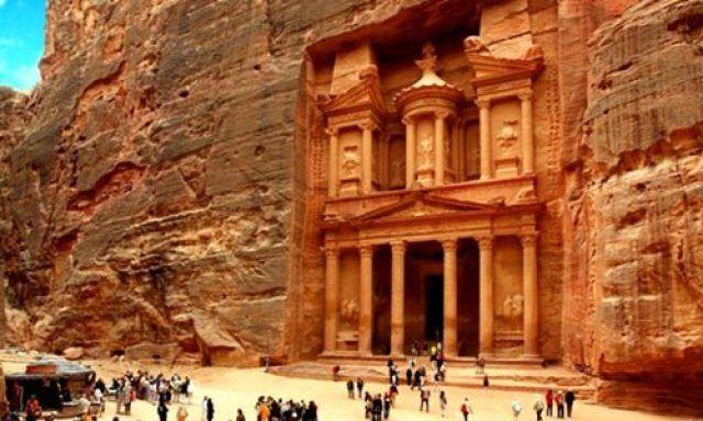 Petra (en árabe, البتراء al-Batrā´) es un importante enclave arqueológico en Jordania, y la capital del antiguo reino nabateo. El nombre de Petra proviene del griego πέτρα que significa piedra, y su nombre es perfectamente idóneo; no se trata de una ciudad construida con piedra sino, literalmente, excavada y esculpida en la piedra.