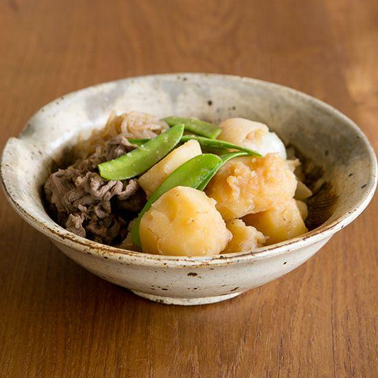 特集|ワタナベマキさんの無水鍋レシピ。第1話:いつもより時短できる、とびっきりおいしい肉じゃがこんにちは、スタッフの松田です。本日から3日間で、特集『ワタナベマキさんの無水鍋レシピ』をお届けします。今