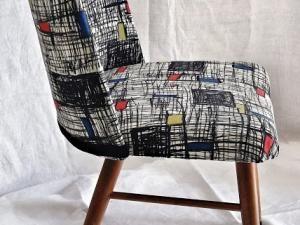 Passionnée par le textile et la décoration, ancienne élève de l'Ecole Duperré, section textile à Paris, et adepte du recyclage textile, je chine régulièrement dans les friperies afin d' y dénicher la perle rare que je vais pouvoir transformer. Mes trouvailles sont la base même de mon inspiration. Mélanges de tissus et associations de motifs donnent vie à des pièces originales et uniques. On retrouve canevas, tissus vintage ou neufs sous forme de patchworks sur des coussins,... - CHAISE ET…