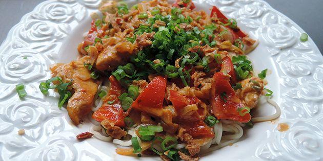 Dejlig nem thaimad med kylling, der smager forrygende. De mange grøntsager smager skønt i den cremede sauce, og retten er ikke bare nem – den er også hurtig at lave.