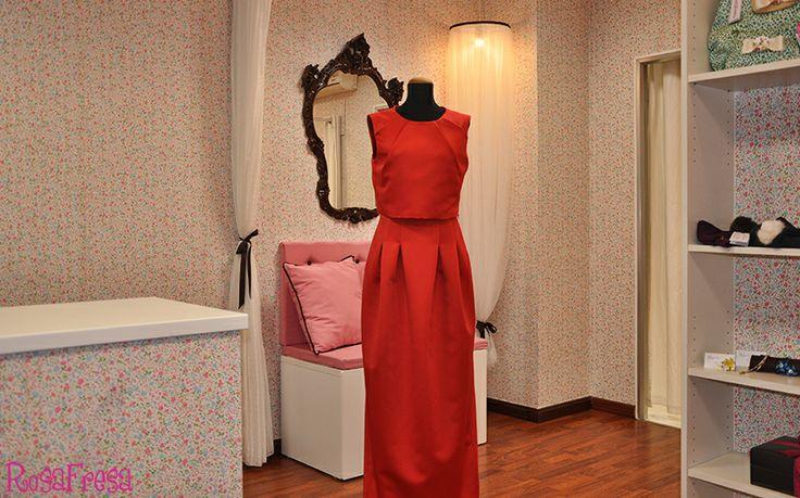 Vestido largo, con cuerpo en dos partes: uno exterior sin unir a la falda y por debajo de este, otro ajustado a la silueta y unido a la falda de pliegues.