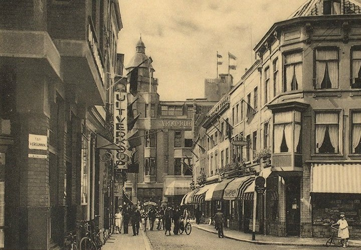 Breda.  Ridderstraat.  Omstreeks 1930.  De Ridderstraat gezien vanaf de Grote Markt met op de achtergrond het warenhuis van Vroom en Dreesman in de Karrestraat en rechts radiozaak Van Boxtel.
