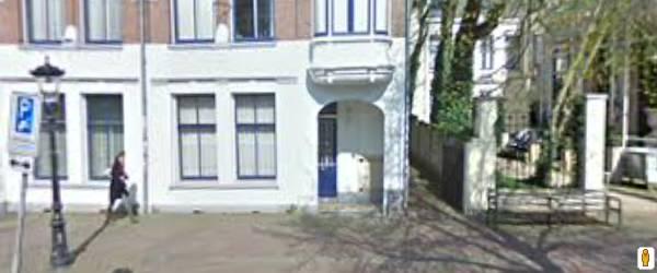 Ingang van de steeg naar de vergaderruimte aan de Mariaplaats 15 in Utrecht.  www.aanleg.eu