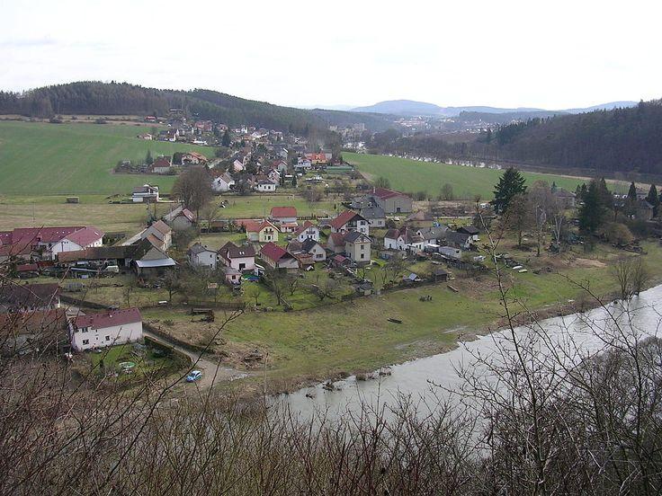 Zbořený Kostelec, vesnice, v pozadí Týnec.jpg