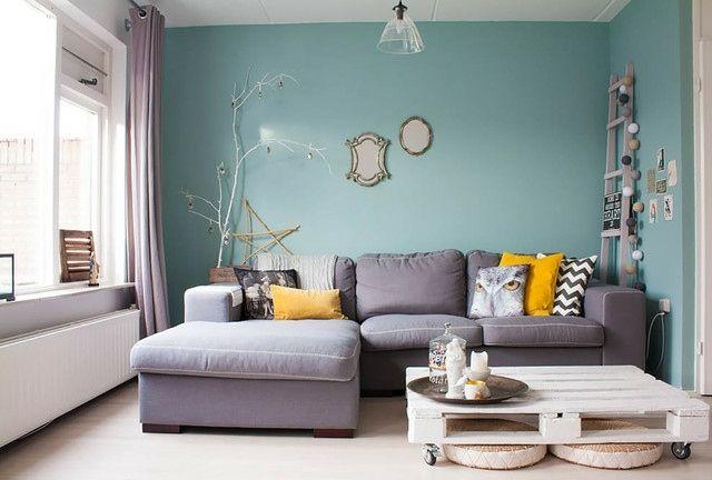 Wohnzimmer Wand streichen Farbe Himmelblau hell graues Sofa