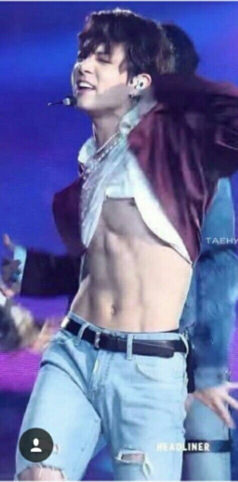 Jungkooks abs during BTS performence of Fake Love at the ...