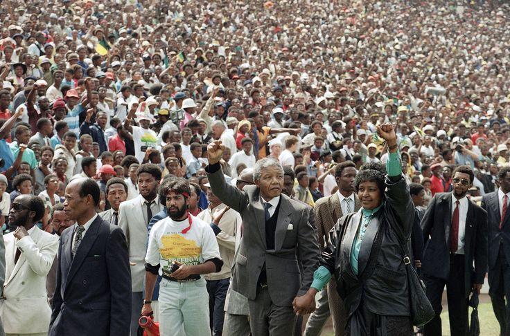 LIBERTAÇÃO DE NELSON MANDELA (1990) O dia 11 de fevereiro de 1990 marcou um dos mais importantes dias da África do Sul moderna, quando o ativista anti-apartheid Nelson Mandela foi solto após 27 anos de reclusão. Mandela havia sido preso em 1962 e recebeu pena perpétua em junho de 1964. Saiu da prisão quase que diretamente para a presidência do país.