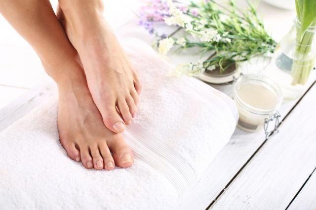 Prosty przepis na regenerującą maseczkę na stopy