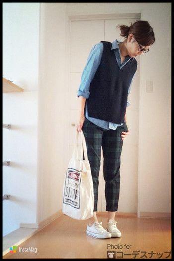 おしゃれでハンサムなスタイルには、スニーカーとコットンバッグでカジュアルダウンさせても、素敵です。
