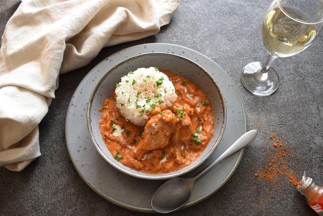 カレーといえばインドを連想するように、シチューもヨーロッパの国々をイメージするかもしれません。煮込んだソースをパンやお米とともに食べるスタイルが各地にあります。さらには、アフリカにも。それが「マフェ」です。見た目はシチュー、そこにある材料が加わることで一変、エキゾチックな風味となるんです。マフェは西アフリカ地方で広く親しまれている家庭料理。トマトベースのカレーにピーナッツペーストを加えて国を出すの