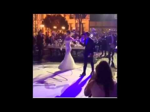 Merve BOLUĞUR ve Murat DALKILIÇ'ın muhtesem düğününden kareler  Ünlü şarkıcı Murat Dalkılıç Merve Boluğur ile evlendi Ünlü şarkıcı Murat Dalkılıç dün akşam oyuncu Merve Boluğur ile Adile Sultan Yalısında görkemli bir törenle evlendi. Törene sanat dünyasından birçok isim katıldı. Adile Sultan Yalısında gerçekleşen düğünde Dalkılıç ailesi gelinlerine 50 bin liralık pırlanta takı seti hediye etti. Dalkılıçın hediyesi ise 60 bin liralık pırlanta yüzük oldu.. Düğün törenine Merve Boluğur'un yakın…