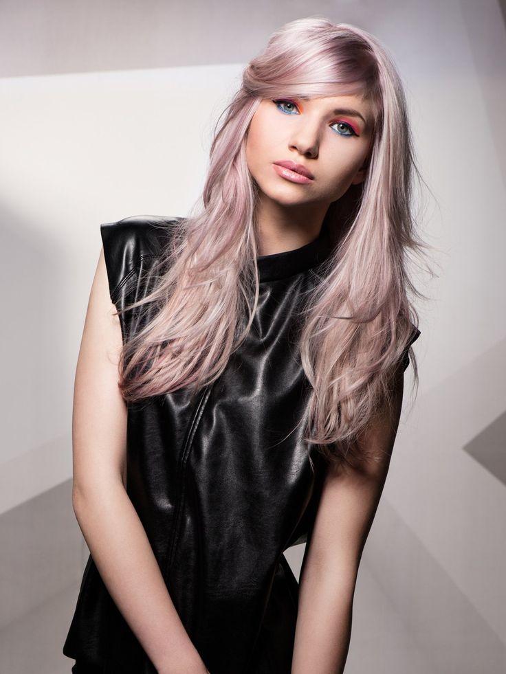 """Granny Hair, also """"großmutteresque"""" gefärbte Haare, bleiben 2016 ein Thema. Und genau dieser Look wirkt ziemlich jugendlich, vor allem, wenn man das Grau noch mit einer Nuance Rosa paart...."""