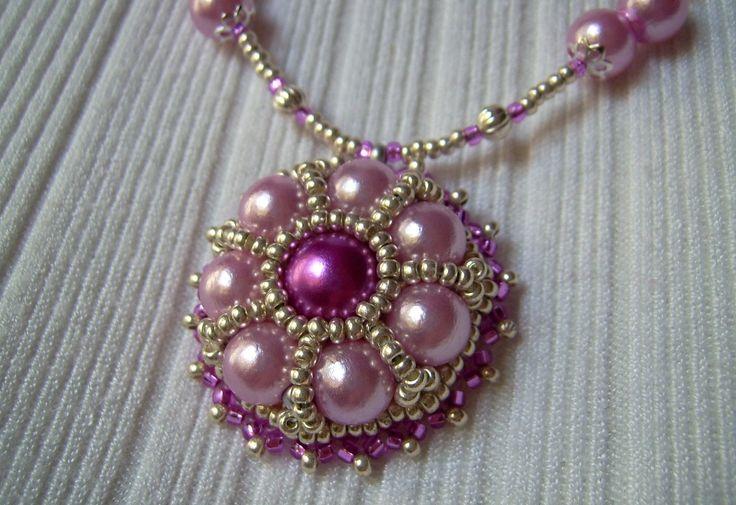 Pink és rózsaszínű, gyöngy-hímzett medálos nyaklánc. 1550.-Ft.