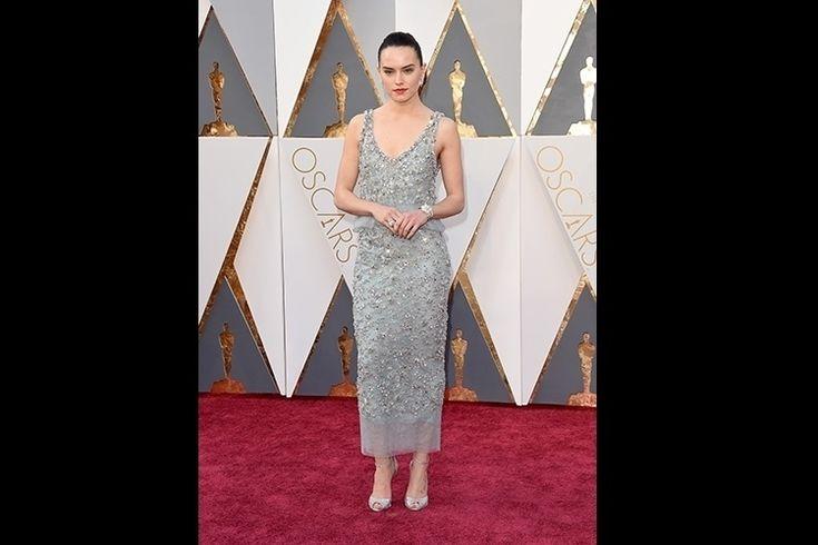 """Um dos grandes destaques de 2016, a atriz Daisy Ridley - protagonista do último filme da saga """"Star Wars"""" - desfilou um vestido Chanel de corte reto de cor cinza e com apliques brilhantes"""