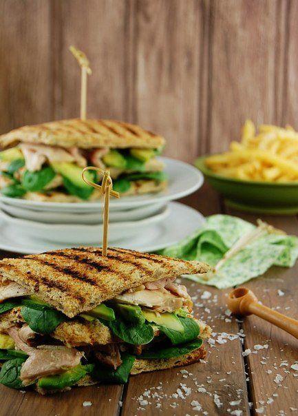 Сэндвичи с курицей, шпинатом и авокадо