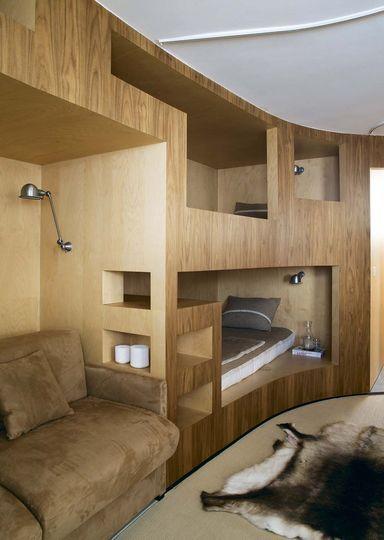 Deux couchettes supplémentaires et un canapé-lit - Plus de photos sur Côté Maison http://petitlien.fr/737t