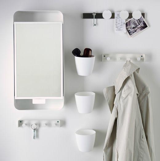 IKEA-kommode med fire skuffer og to rom i furu. Speil og knagger over.