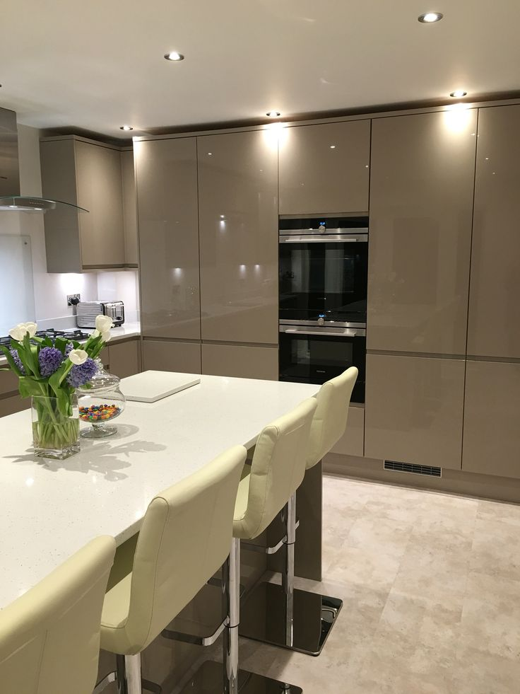 Gloss integrated handle in stone from Howdens. Siemens appliances. Dulait architect 4 slice toaster. Galaxy quartz work tops in Cervinia.