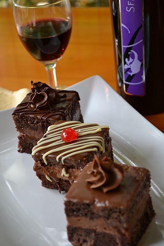 Bucataresele Vesele: Amandine cu fondant si crema de ciocolata