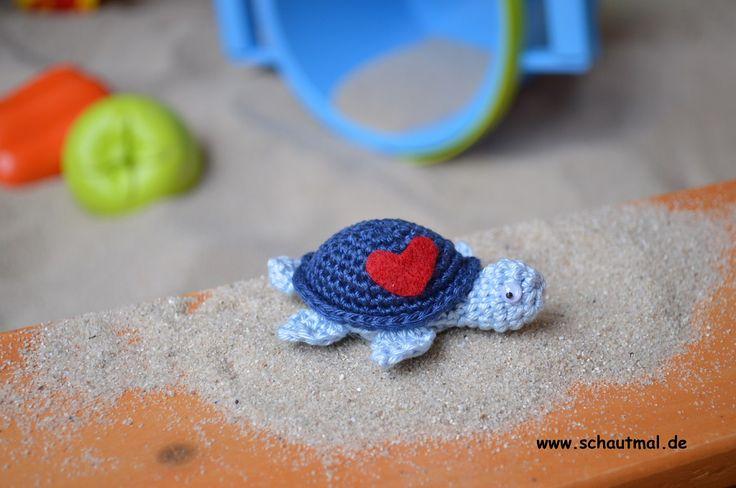 Nach dem kleinen Schäfchen letzte Woche werden noch einige Mini-Amigurumi folgen. Heute möchte ich Euch eine kleine herzige Wasserschildkröte zeigen: Im Moment ist sie auf Landgang. Das Wasser im …