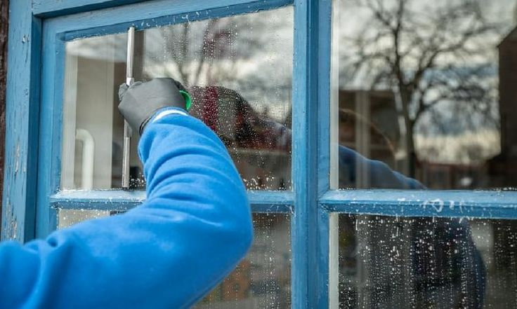 Elle n'utilise jamais de produit bleu pour nettoyer ses vitres. Voici la meilleure des astuces pour des fenêtres sans stries, claires comme le cristal