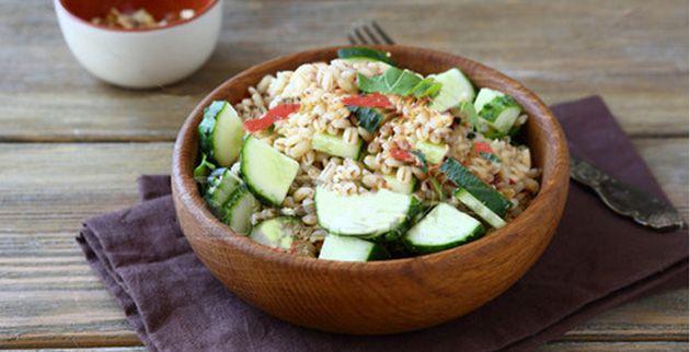 Orzo, zucchine e manzo fumè: un mix di ingredienti sani e gustosi per preparare una sfiziosa insalata estiva!