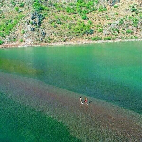 Kızkumu, Muğla, Turkiye. Kızkumu is an area of 600 meter shallow water that divides this bay of Turkey into two and is part of Orhaniye District of the city Muğla, Hisarönü Bay, Turkey