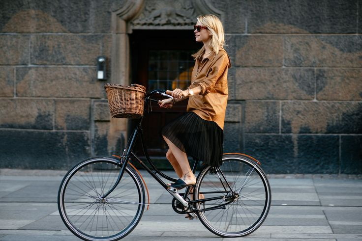 Pernille sporting a smart bike look whilst cycling in CPH. More celebs on bikes velondonista.com